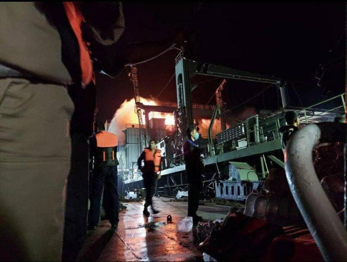 آتش سوزی در کشتی نظامی ایران + عکس