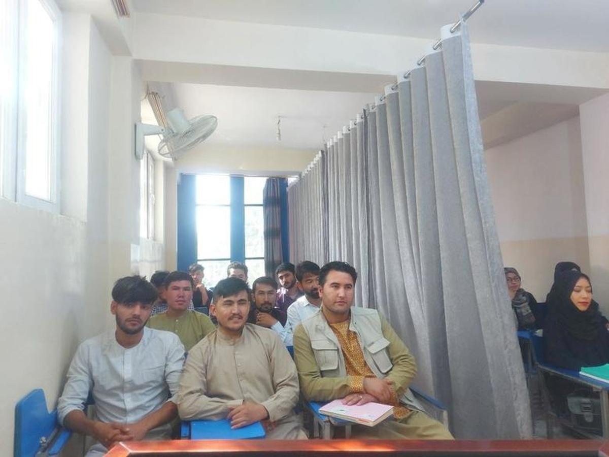 افغانستانِ طالبان؛ نصب پرده در کلاسهای دانشگاه    بهت دانشجویان