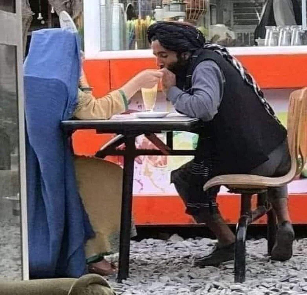 قرار عاشقانه یک جنگجوی طالبان در کافه سیار در کابل! +عکس