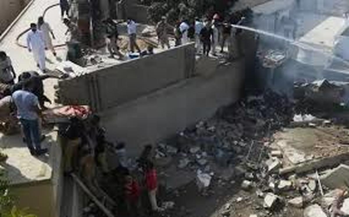 در حادثه سقوط هواپیمای پاکستانی 3 نفر نجات پیدا کردند