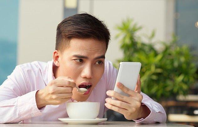 """استفاده زیاد از تلفن همراه باعث """"سندرم گردن پیامکی"""" میشود"""