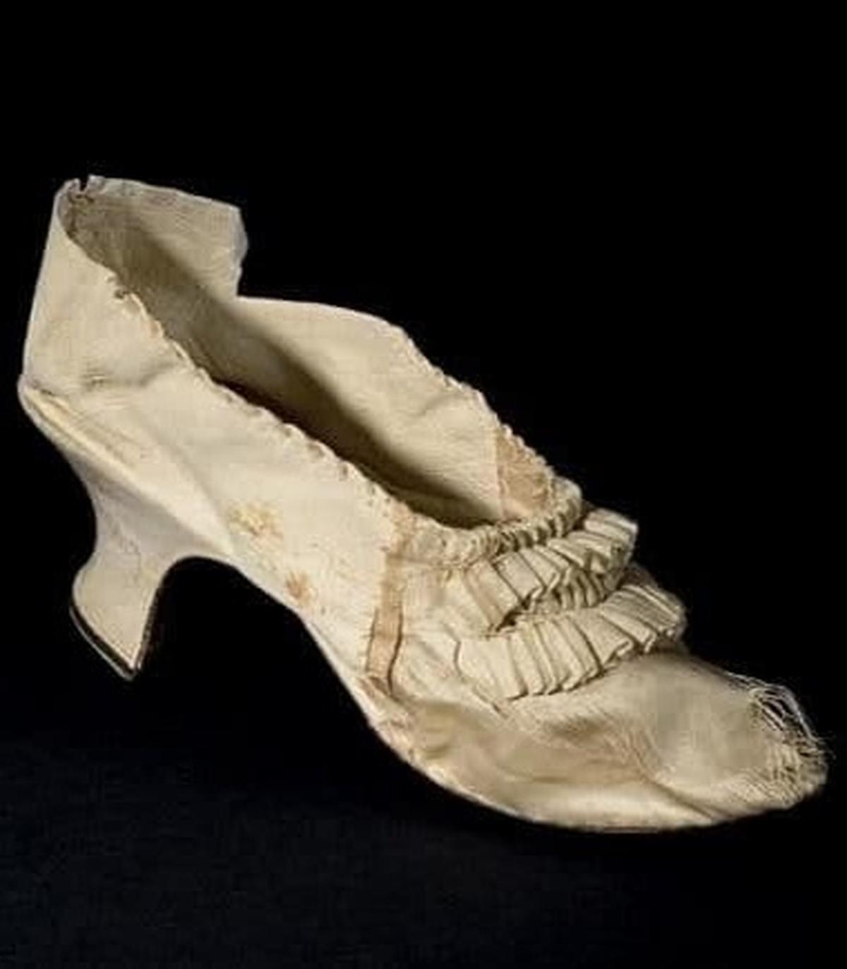 لنگه کفش ملکه پیشین فرانسه در حراجی به قیمت ۴۴ هزار یورو خریداری شد