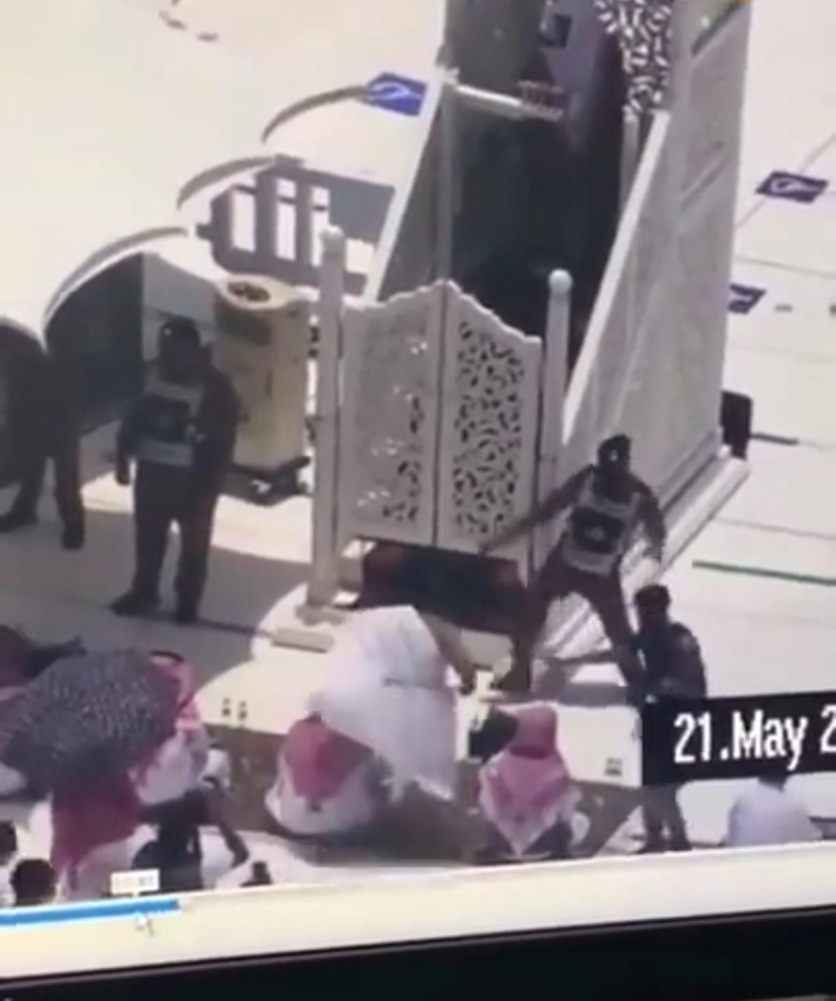 حمله یک زائر با چوب به خطیب مسجد الحرام + ویدئو