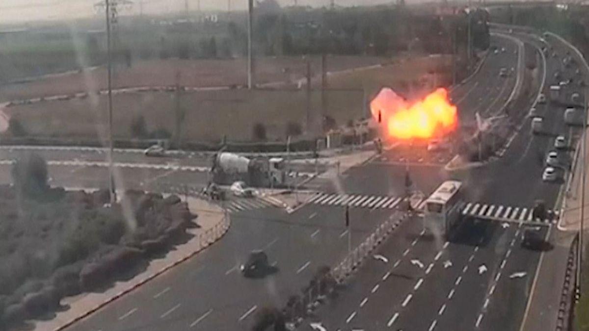 ویدئو؛ لحظه انفجار موشک پرتابی از نوار غزه در بزرگراه رژیم صهیونیستی