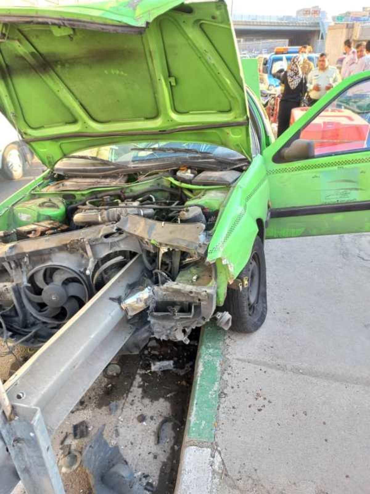 تصادف شدید پژوتاکسی با گاردریل در تهران+تصاویر
