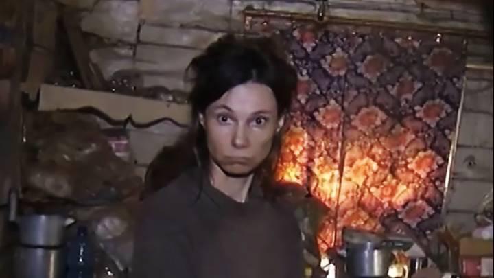 زن روسی دخترش را ۲۶ سال در خانه حبس و به او غذای گربه می داد.