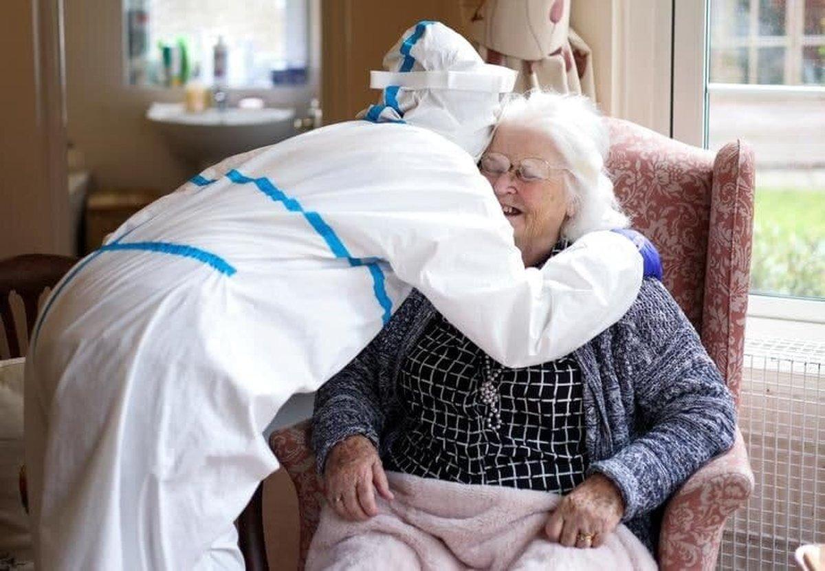 تصویری احساسی از ملاقات مادر و دختر پس از ماهها جدایی بخاطر کرونا