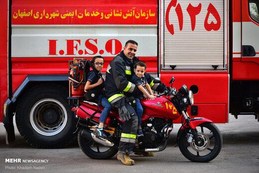 مردان آتشنشان درکنار خانواده خود+عکس