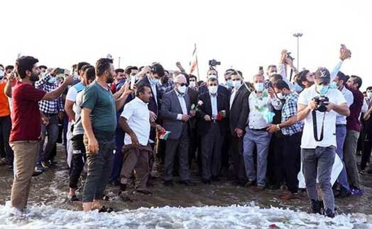 سخنرانی احمدی نژاد در بندر دیر+عکس|  احمدی نژاد مسئول گسترش کرونا در دیر است .