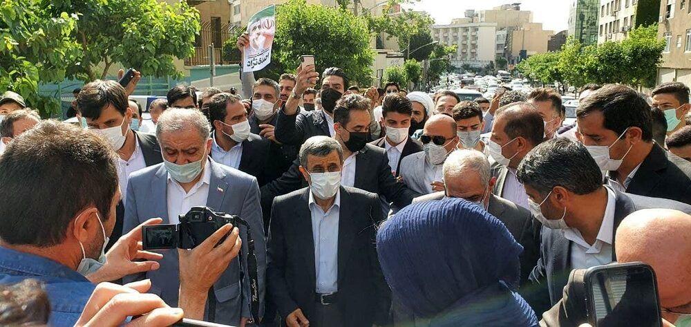 محمود احمدینژاد وارد وزارت کشور شد + عکس