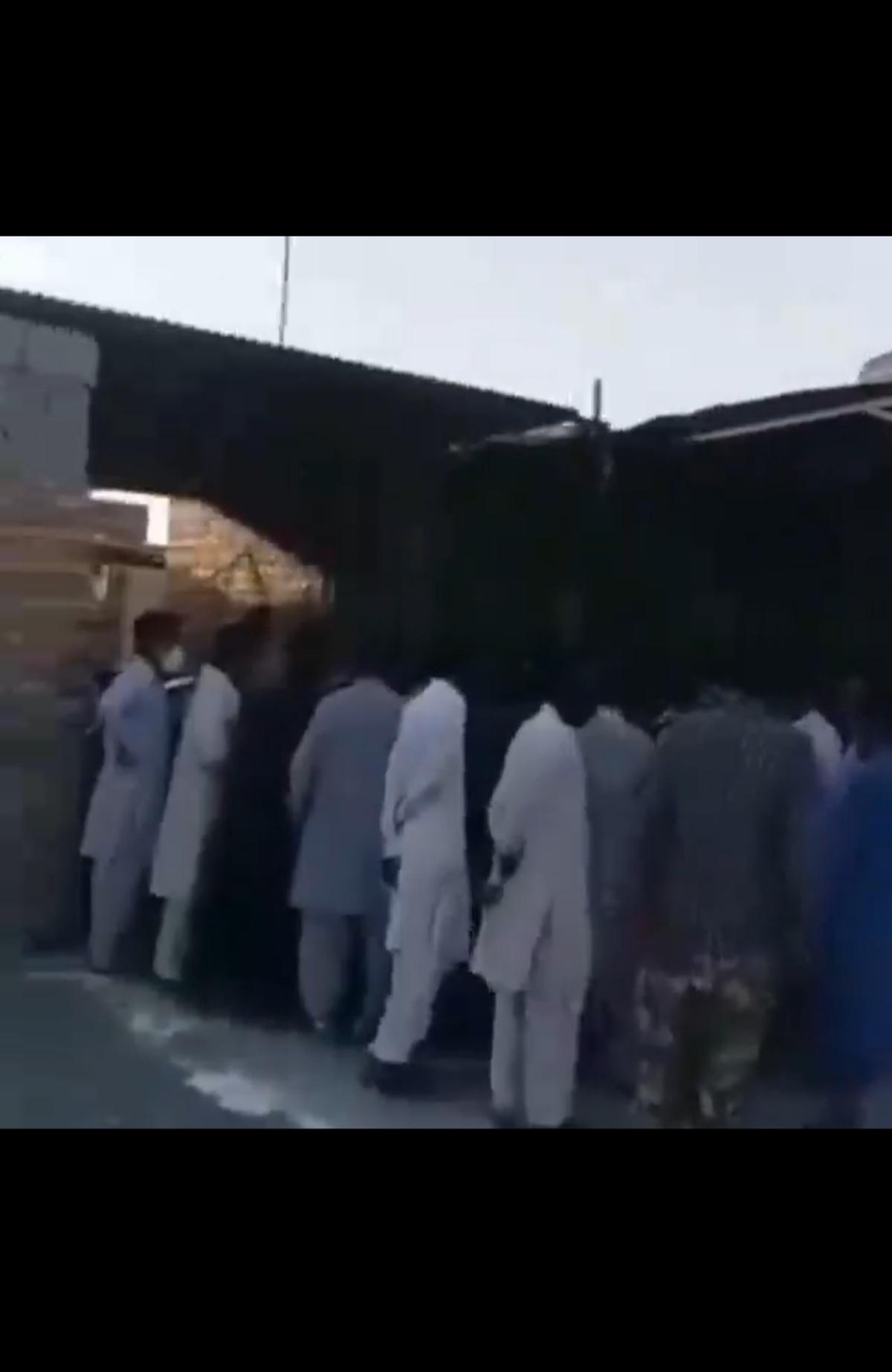 صف خرید گوشت  مرغ در شهرستان ایرانشهر + ویدئو