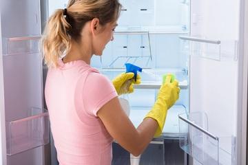 با این راهنمای ساده یخچال خود را برق بیندازید و خوشبو کنید