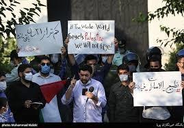 دانشجویان ایرانی در برابر سفارت امارات در تهران تجمع کردند.