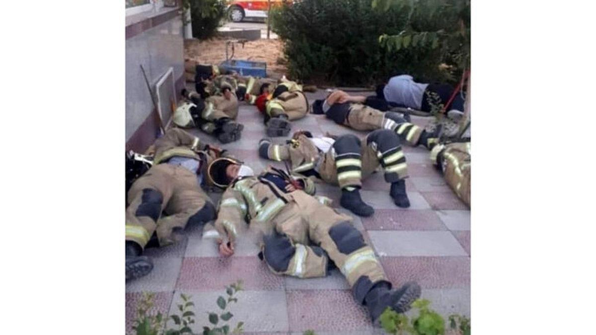 خستگی آتش نشانان عملیات اطفای حریق پالایشگاه تهران