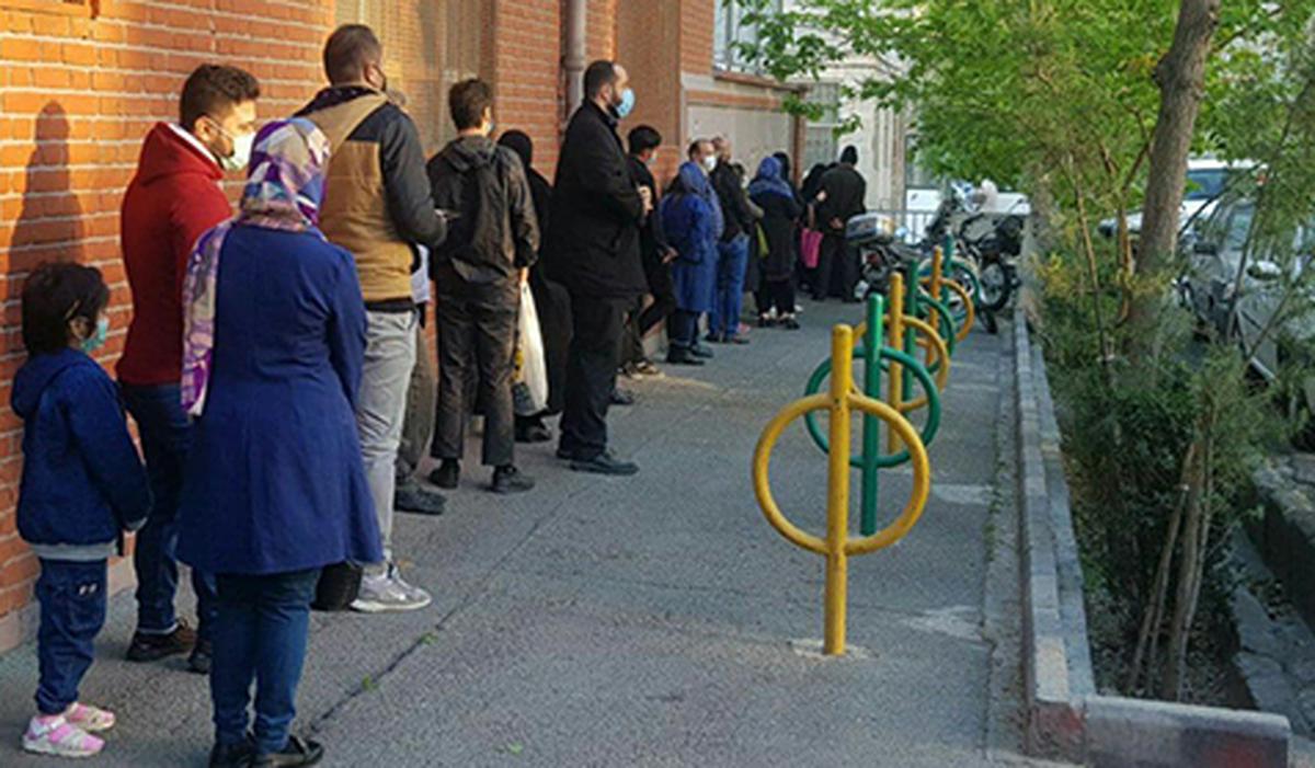 عجیب ترین صف هفته+ عکس| ملاقات مردمی با احمدی نژاد و این صف!