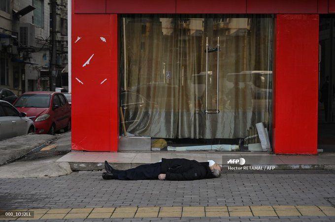 جسد مردی در پیاده رو  ووهان چین/عکس