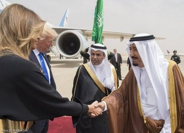 استقبال ملک سلمان از ترامپ و همسرش در فرودگاه