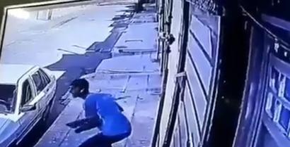 ویدیو: زورگیری و سرقت گوشی با ساطور در خیابان شمس تبریزی اهواز
