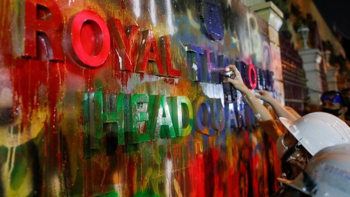 اعتراضات  |  حمله رنگی معترضان تایلند به ساختمان پلیس+عکس