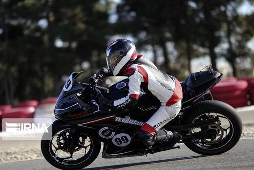 ببینید | مسابقه زنان موتورسوار در پیست آزادی