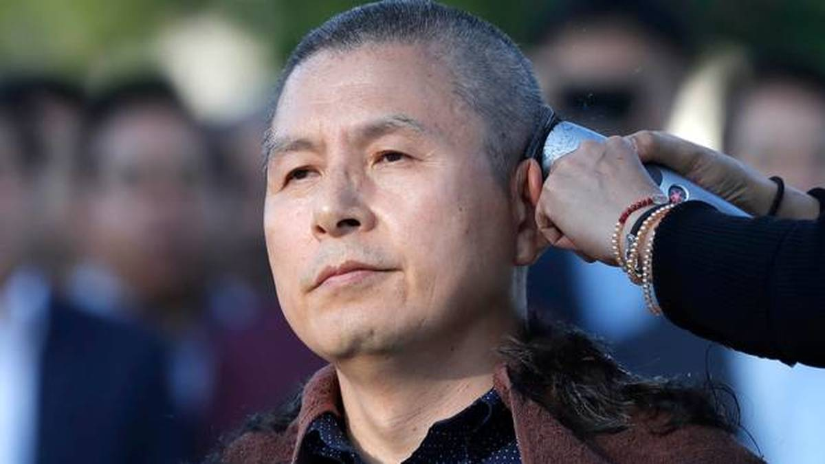 ویدئو : تراشیدن موی سر در اعتراض به سیاست های کشور