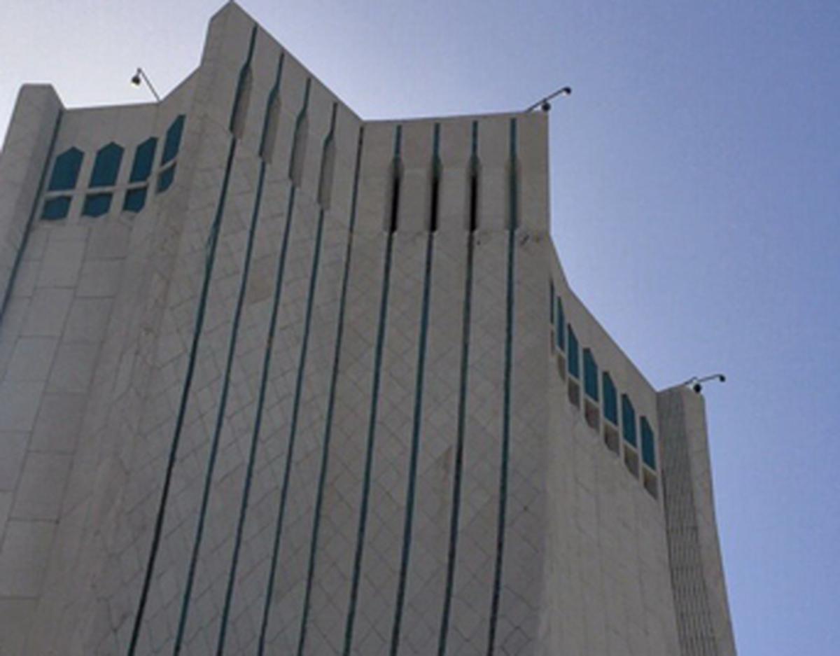 شلیک توپ سبب ترک های تازه در برج آزادی شد+ تصاویر  شلیک توپ سال تحویل سلامتی برج آزادی را هدف گرفت
