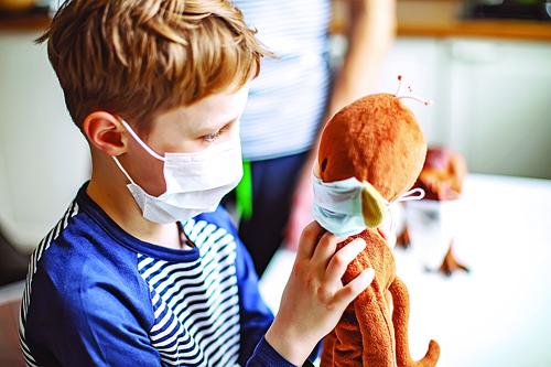 چگونه کودکان را به پوشاندن بینی و دهان بدون مقاومت و ترس ترغیب کنیم