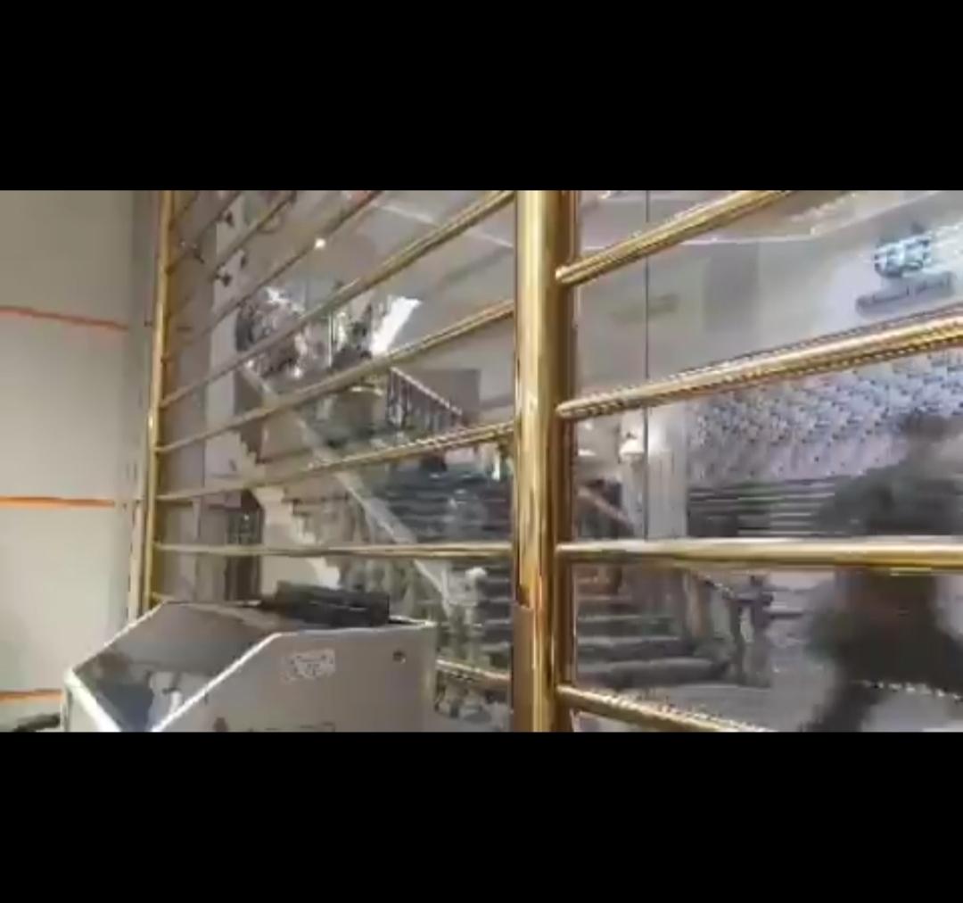 هجوم مردم برای خرید دلار در پاساژ فردوسی تهران + ویدئو