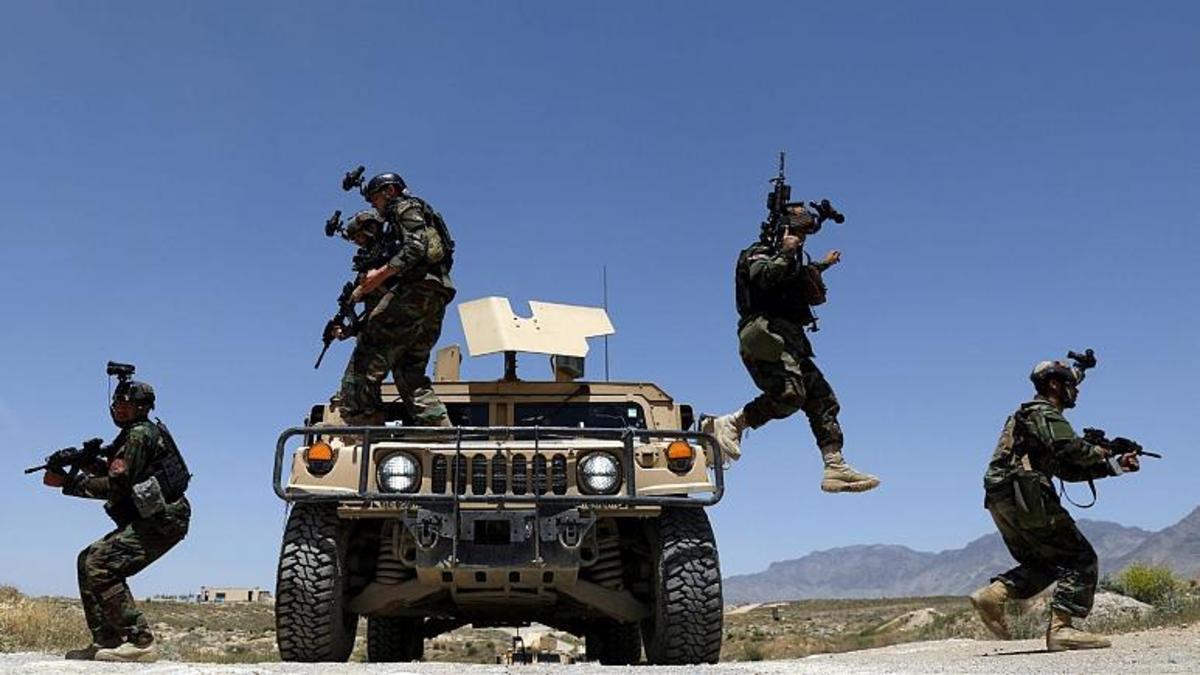 تیر هوایی طالبان در فرودگاه کابل برای متفرق کردن مردم