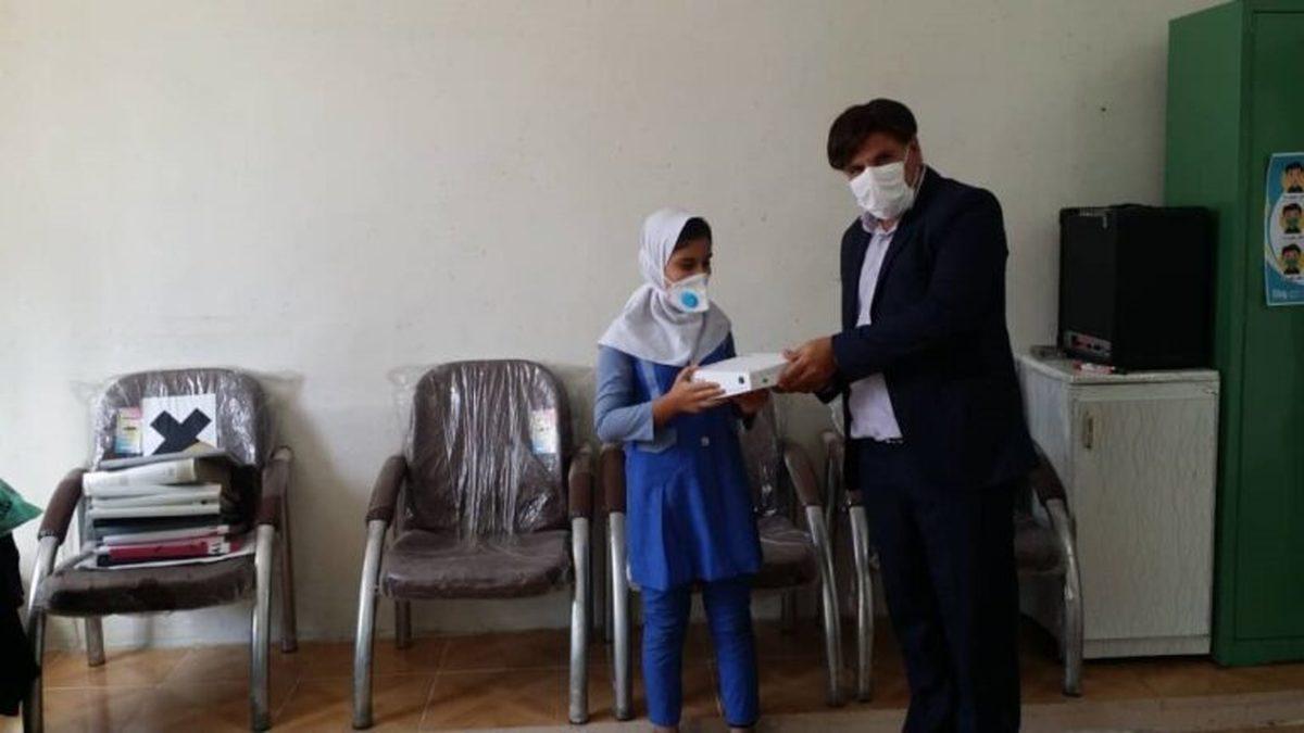معلمی که ارثیه میلیاردی را تبلت خرید